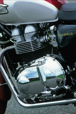 2000 Triumph Bonneville 790 first images